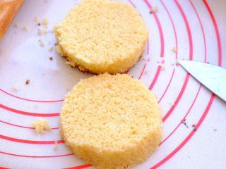 土澳人民爱吃的甜品2 ——层次丰富的Trifle蛋糕,将压出的松糕横着一切二 剖开