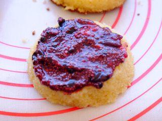土澳人民爱吃的甜品2 ——层次丰富的Trifle蛋糕,将果酱在一片松糕的内面 厚厚的涂一层 然后盖在另一块松糕上