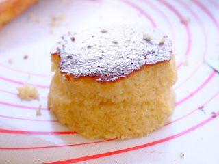 土澳人民爱吃的甜品2 ——层次丰富的Trifle蛋糕,放凉后 用杯子当模具 在松糕上压出需要的大小和图案