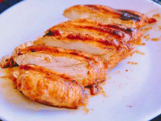 秘制异国风味鸡胸肉腌料&绝佳搭配 (减肥必备),将鸡胸肉均匀切片