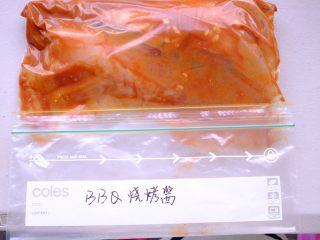秘制异国风味鸡胸肉腌料&绝佳搭配 (减肥必备),倒进腌料后 封口 ⚠️这里有一步很重要 那就是要给鸡胸肉做按摩哟 要它好吃就要先先好好伺候它哟 放入冰箱腌制一晚 或者放冷冻层可以存放一个月