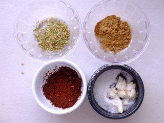 秘制异国风味鸡胸肉腌料&绝佳搭配 (减肥必备),这里需要区分一下材料的材质 先按份量准备所有的粉质材料 别忘了放盐