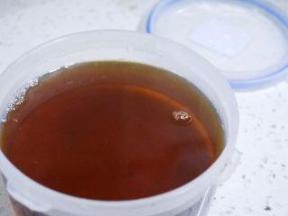 香爽红糖冰粉,将熬好的红糖水冷却后装好。