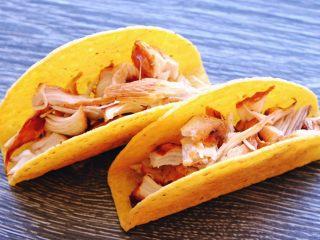 秘制异国风味鸡胸肉腌料&绝佳搭配 (减肥必备),有墨西哥鸡排怎么能没有Taco呢 拿出Taco 在烤箱里200度加热3分钟 然后取出 塞进鸡肉块