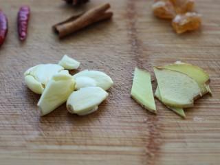 西红柿炖牛肉,大蒜拍扁,姜切小片