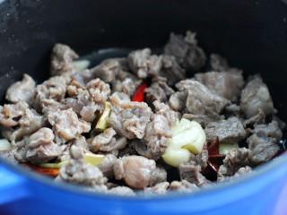西红柿炖牛肉,再放入牛肉翻炒变色