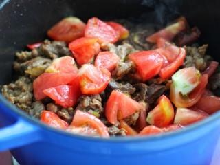 西红柿炖牛肉,加入一半的西红柿炒匀