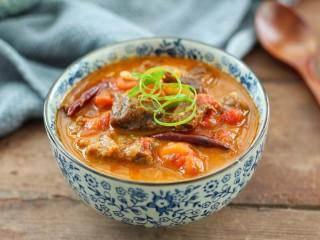 西红柿炖牛肉,放适量葱丝装饰