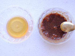 秘制异国风味鸡胸肉腌料&绝佳搭配 (减肥必备),混合液状和粉状材料后 照例蜂蜜要最后加 因为太难搅拌