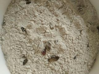 荞麦发糕,将普通面粉,荞麦面粉,葡萄干,白糖混合均匀。