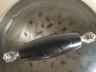 荞麦发糕,开大火,上气后转中火,蒸25分钟。