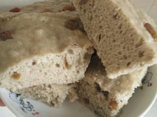 荞麦发糕,焖2分钟后出锅切块(急着吃,好烫😂,你不急着吃等稍凉点再切吧)。