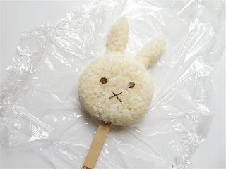 兔子趣味便当,将揉好型的米饭拼成一个兔子头部,贴上眼睛、嘴巴