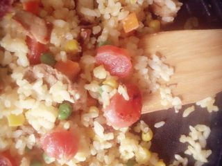 爱心黄金炒饭,先后放入蔬菜粒,腊肠,自制卤肉和米饭不停翻炒