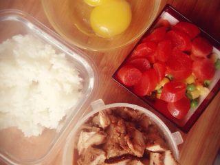 爱心黄金炒饭,食材准备,米饭,腊肠,蔬菜粒,腊肠,卤肉(之前做好的)蛋黄2个,打散蛋液