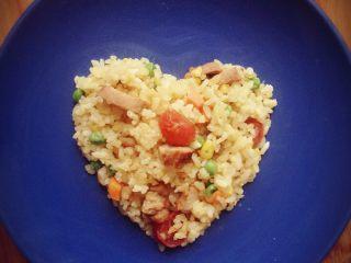 爱心黄金炒饭,翻炒至米饭干干的就好啦