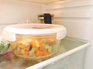 凉拌花生,将拌好的成品放入冰箱冷藏,凉拌菜嘛,凉的才好吃哦~