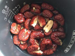 红枣豆沙,红枣放入电饭煲里,倒入适量水,开煮饭功能