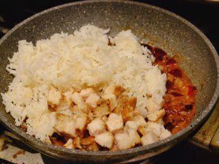 秘制异国风味鸡胸肉腌料&绝佳搭配 (减肥必备),洋葱变成半透明 散发出诱人香气时 放入之前煮的米饭和鸡肉丁
