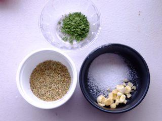 秘制异国风味鸡胸肉腌料&绝佳搭配 (减肥必备),混合迷迭香 欧芹叶 盐和切碎的大蒜2瓣