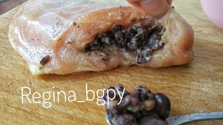 『减脂增肌』紫米鸡胸卷,把拌好的紫米馅塞进鸡胸里,按一按,压实,让它平整一些 紫米用不了可以下次用,或者做米饭的时候放进去一起吃