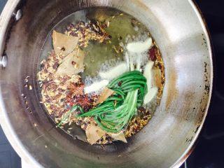 秘制辣椒油,热油后把打茴香、八角、花椒、香叶、姜片、小葱放进去开始煎,中火。