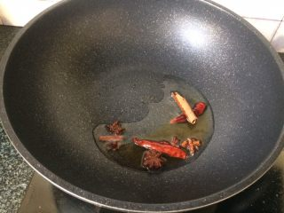 酱香鸡爪,加入辣椒等香料翻炒出香味