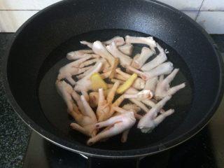 酱香鸡爪,放入姜片