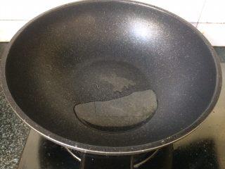 酱香鸡爪,锅中热油