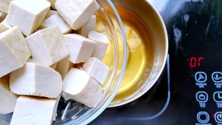 茄汁豆腐,起锅热油,油8分热豆腐下锅