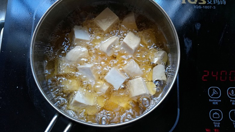 茄汁豆腐,炸至两面金黄色即可出锅