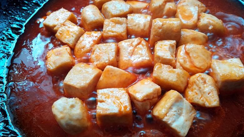 茄汁豆腐,煮开后倒入豆腐翻炒至收汁即可出锅
