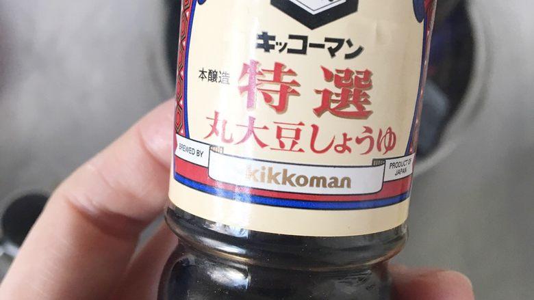 好吃易做无油减肥的仿食其家牛肉丼(含番茄牛肉丼的制作),然后拿出酱油或者生抽倒入。我买的是这个万字酱油。