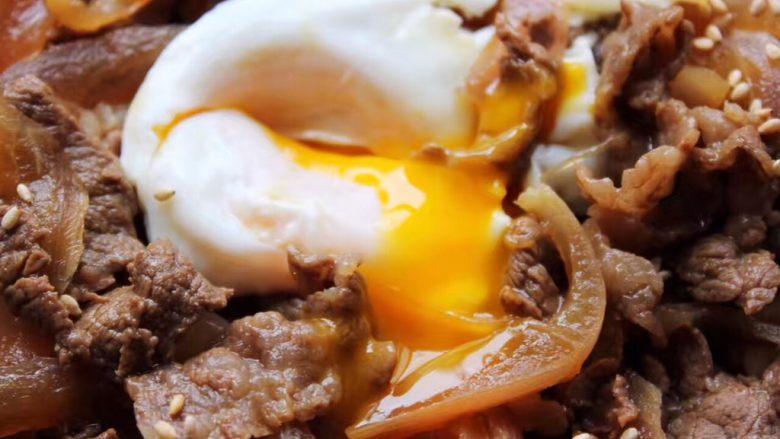 好吃易做无油减肥的仿食其家牛肉丼(含番茄牛肉丼的制作),看,外面都是熟的了,里面是流心的好看的蛋黄液,要买可食用的鸡蛋哦!卫生很重要呢!