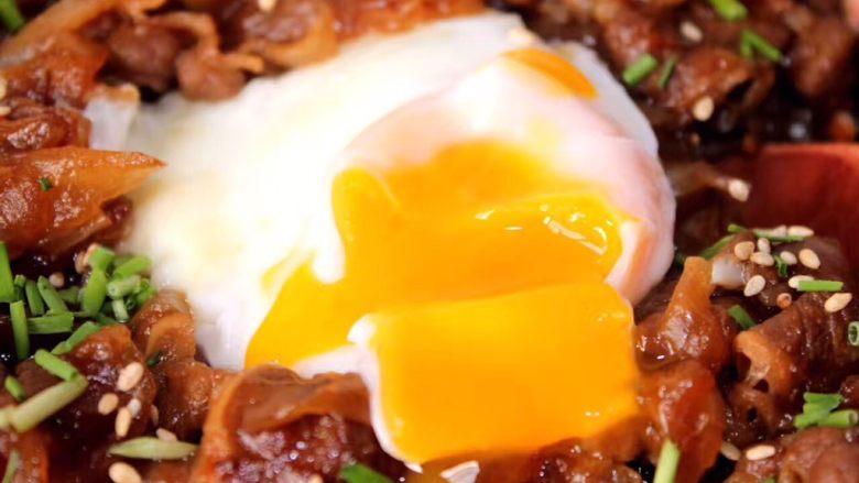 好吃易做无油减肥的仿食其家牛肉丼(含番茄牛肉丼的制作),这样子更清楚一些吧?火候很重要,外面蛋白要熟透里面蛋黄要流动。这个没啥经验,就是自己多掌握,多试试。