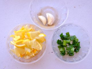 秘制异国风味鸡胸肉腌料&绝佳搭配 (减肥必备),除了柠檬 另外准备葱花和 大蒜两瓣 切碎