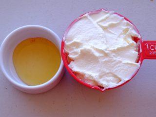 秘制异国风味鸡胸肉腌料&绝佳搭配 (减肥必备),准备希腊酸奶一杯 和蜂蜜少许 希腊酸奶最好不要用别的稀的酸奶来代替哦