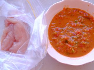秘制异国风味鸡胸肉腌料&绝佳搭配 (减肥必备),如上一个方子一样 准备封口袋 放入鸡胸肉