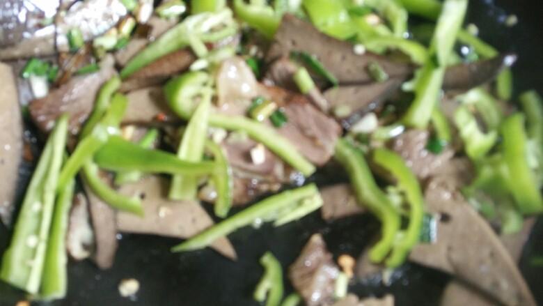 炒米粉(猪肝炒米粉),再放入青椒搅拌