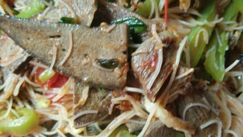 炒米粉(猪肝炒米粉),味道调好以后盛到盘子里