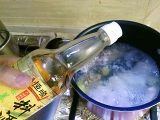 鸡丝凉面,一定要放料酒,去腥。鸡肉非常好熟,水开后3到4分钟即可。