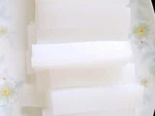 热夏救星~凉拌白凉粉,用刀切成长条,厚度根据自己喜欢来切