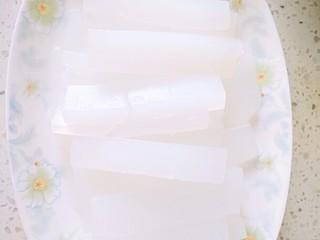 热夏救星~凉拌白凉粉,再捞起来用凉白开冲凉一下,摆盘