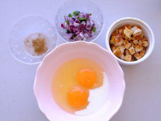 秘制异国风味鸡胸肉腌料&绝佳搭配 (减肥必备),把绿辣椒 洋葱切丁 炒熟 敲两个鸡蛋 加一点牛奶和盐