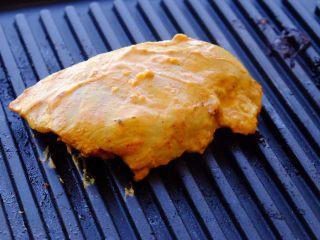 秘制异国风味鸡胸肉腌料&绝佳搭配 (减肥必备),先在滋滋烤肉盘上煎印度风味鸡排