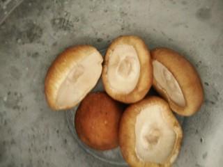 香菇酿肉,香菇去脚,用盐水浸泡1小时,拿出沥干水