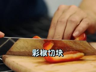 轻奢简餐《芦笋炒虾仁》,将红黄彩椒切段