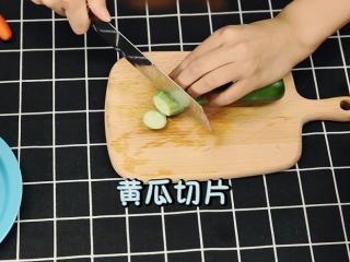 轻奢简餐《芦笋炒虾仁》,小黄瓜切片