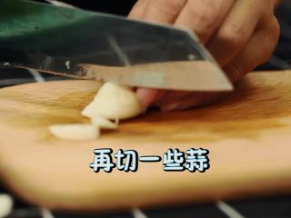 轻奢简餐《芦笋炒虾仁》,蒜粒切片
