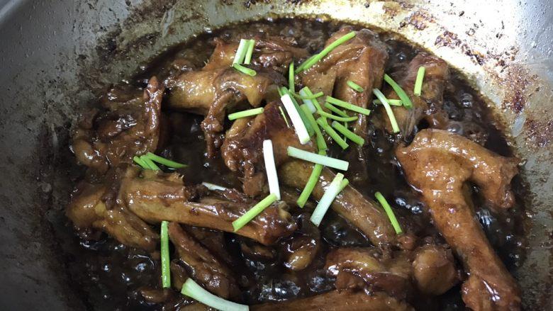 酱烧鸭翅根,慢慢收干到出油状态以后,撒香<a style='color:red;display:inline-block;' href='/shicai/ 3250'>葱</a>翻拌几次即可关火。此时鸭翅根有一点缩小,鸭肉的油脂已经析出,盛出的时候只要将鸭翅根盛出装盘即可!油可以过滤好了,烧别的菜用。